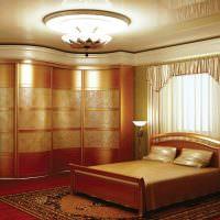 Двухспальная кровать на ковре в спальне