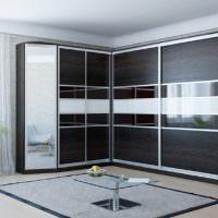 Темно-коричневый шкаф с белыми вставками