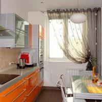 Линейная кухня с оранжевыми фасадами