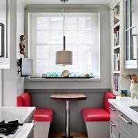 Обеденная зона перед окном кухни