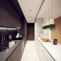 Сочетание черного с белым в длинной кухне