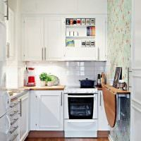 Складной столик на стене узкой кухни