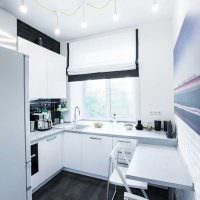 Лампочки с проводами на потолке кухни