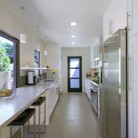 интерьер длинной проходной кухни