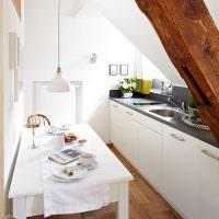 Узкая кухня в мансарде загородного дома