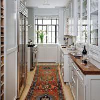 Пестрая дорожка на полу проходной кухни