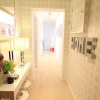 Влагостойкие обои с ромбиками на стене коридора