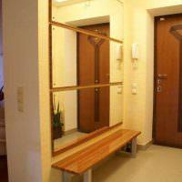 Три зеркала на одной стене коридора