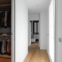 Ровные белые стены узкого коридора
