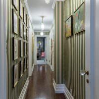 Картинная галерея на полосатых обоях