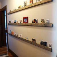 Длинные рейки для декораций на стене коридора