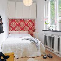 Белая кровать в узкой спальне для девушки
