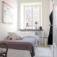 Серое покрывало на белой кровати