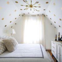 Уютная спальня в мансарде частного дома