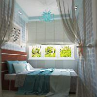 Дизайн маленькой спальни с кроватью у окна