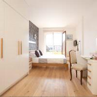 Светлая спальня вытянутой формы