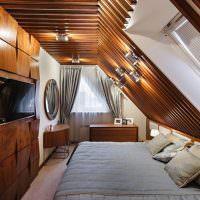 Деревянная отделка спальни в мансарде