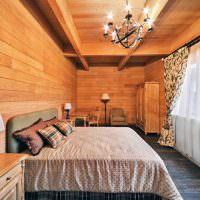 Черная люстра на деревянном потолке