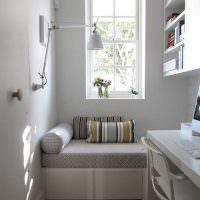 Узкое окно над детским диваном