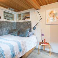 Встроенные полки над узкой кроватью