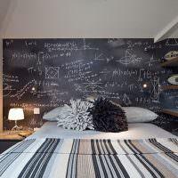 Грифельная доска над изголовьем кровати