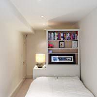 Длинная спальня в светлых тонах