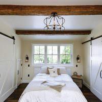 Сдвижные двери в узкой спальне