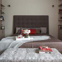Изголовье кровати с мягкой обивкой серого цвета