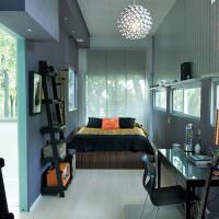 Светлый ламинат на полу длинной комнаты