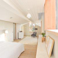 Спальня в мансарде с ломанным потолком