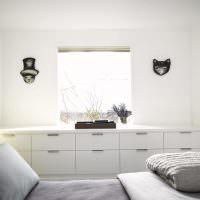 Система хранения вдоль узкой стены спальни
