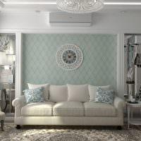 Часы на сене над диваном
