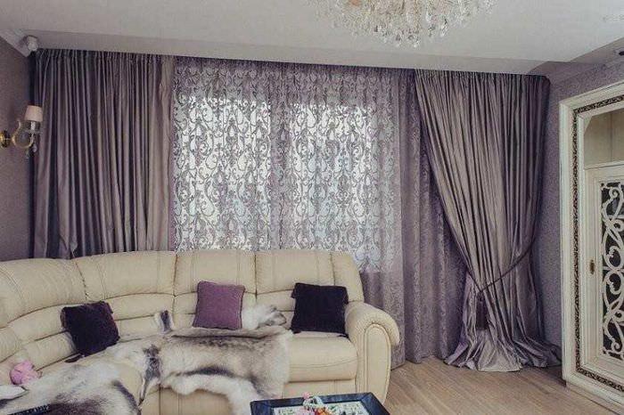 Французские шторы во всю стену гостиной