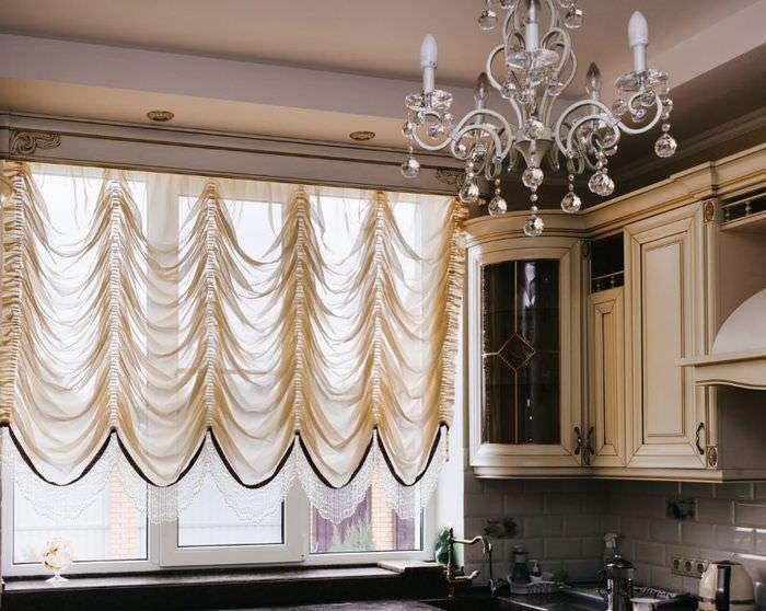 Полупрозрачные французские шторы в современной кухне
