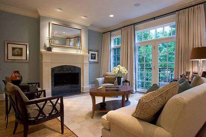 Интерьер гостиной частного дома с французскими окнами