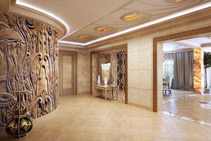 Красивые фрески на стене большой прихожей