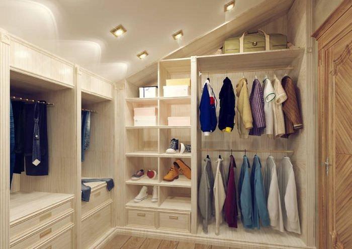 Организация гардеробной в чердачном помещении
