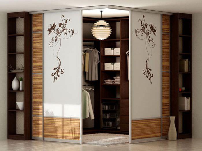 Шкаф-купе с матовыми стеклами в углу спальной комнаты