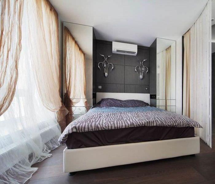 Прозрачная тюль на окне современной спальни
