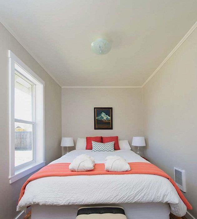 Ровный белый потолок в узкой спальной комнате