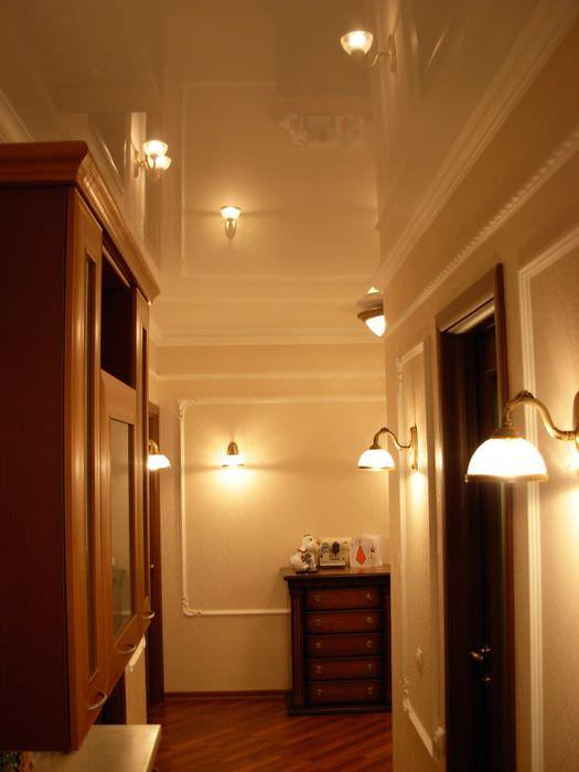 Освещение в прихожей с глянцевым натяжным потолком