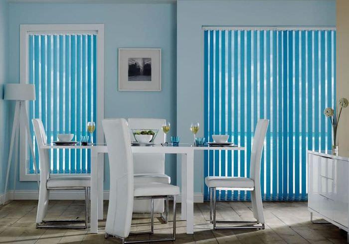 Голубые вертикальные жалюзи в интерьере кухни