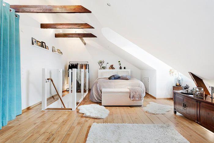 Белый наклонный потолок в комнате мансарды