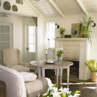 Круглый столик перед домашним камином