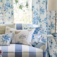 Синие узоры на текстиле в гостиной