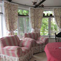 Мягкие кресла с обивкой в розовую полоску
