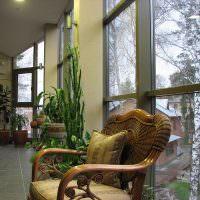 Деревянное кресло с резной спинкой