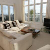 Угловой диван в светлой комнате панельного дома