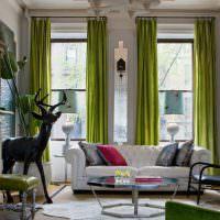 Зеленые шторы на высоких окнах