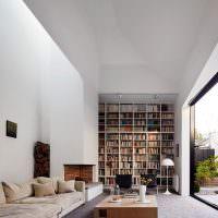 Библиотека в гостиной с панорамным окном